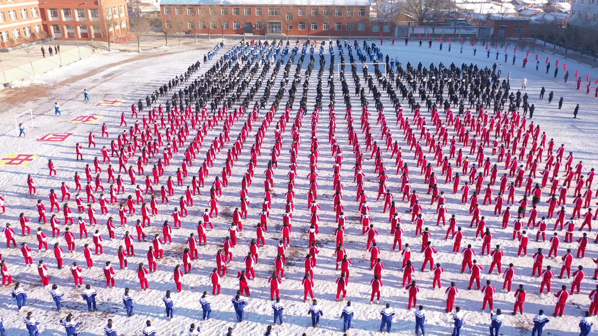 """换个视角看舞蹈,无人机航拍""""百万学子同跳冰雪健身操"""""""